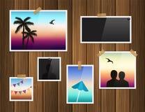 Fotokaders in bijlage met plakband en punaisen op houten achtergrond Vector Royalty-vrije Stock Foto