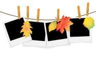 Fotokaders op kabel met wasknijpers en de herfstbladeren royalty-vrije illustratie