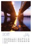 Fotokalender met minimalistische cityscape en brug 2018 juli Royalty-vrije Stock Afbeelding