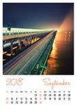 Fotokalender met minimalistische cityscape en brug 2018 september Stock Foto