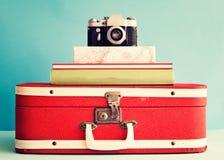 Fotokamera över böcker Arkivbilder
