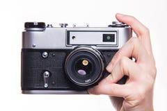 Fotokamera för klassiker 35mm i hand Fotografering för Bildbyråer