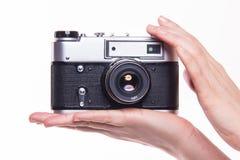 Fotokamera för klassiker 35mm i hand Arkivbilder