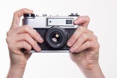 Fotokamera för klassiker 35mm i hand Royaltyfria Foton
