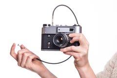 Fotokamera för klassiker 35mm i hand Arkivbild