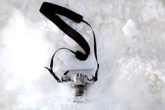 Fotokamera im Eis Stockbild