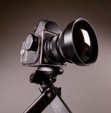 Fotokamera mit Stativ auf Grau in den Mieten Lizenzfreies Stockfoto