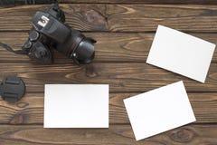 Fotokamera på en träbakgrund arkivbild