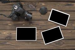 Fotokamera på en träbakgrund royaltyfri bild