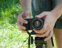 Fotokamera som monteras på tripoden Arkivbilder