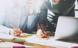 Fotolag i arbetsprocess, teckendokumenttabell Besättningen för kontochefer arbetar med startup projekt ny idé Royaltyfri Bild