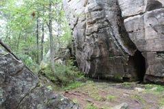 Fotolandskap av skogen och stenar på berget arkivfoton