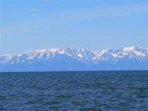 Fotolandskap med yttersidan för blått vatten av Lake Baikal i Ryssland Royaltyfri Fotografi