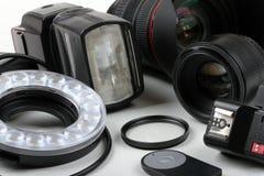Fotolinsen und -ausrüstung auf weißer Tabelle Lizenzfreie Stockfotografie