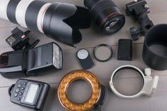 Fotolinser och utrustning på trätabellen royaltyfria foton
