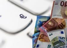 Fotomontering van euro nota's over de macrofoto van wit k Royalty-vrije Stock Foto