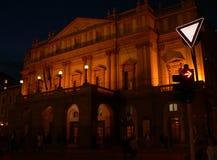 Fotonachtlandschaft mit der Ansicht von Hauptanziehungskräften von Italien - La Scala stockbild