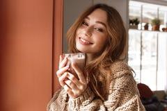Fotonahaufnahme der attraktiven allein stehender Frau 20s mit brauner Haarposition Stockfoto
