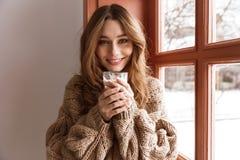 Fotonahaufnahme der schönen allein stehender Frau 20s mit braunem Haarblick Lizenzfreies Stockbild