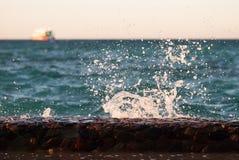 Fotonahaufnahme der schönen klaren Türkisseeozean-Wasseroberfläche mit Kräuselungen und des hellen Spritzens auf Meerblickhinterg Stockbild