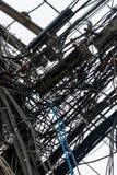 Fotonahaufnahme, die nach dem Zufall Drähte auf elektrischen Pfosten hängt Lizenzfreie Stockfotografie