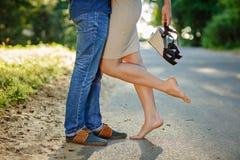 Fotonahaufnahme von Füßen im Schuhmädchen und in einem Kerl in den Stiefeln auf backg Stockfoto