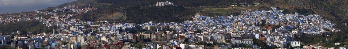 Fotopanorama van de stad van Fez, afwisseling van blauwe en witte huizen op groene helling van de berg, Marokko Stock Foto