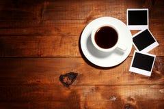 Fotopapiere mit Kaffee Stockfoto