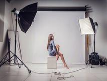 Fotoperiod i studion med en härlig ung flicka royaltyfria bilder