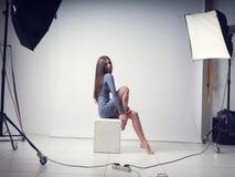 Fotoperiod i studion med en härlig ung flicka arkivfoto