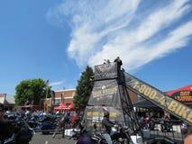 Fotoplattformen i i stadens centrum Sturgis, SD, under den 77th årliga motorcykeln samlar royaltyfria bilder