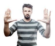 Fotoportret van een jonge Europese die mens op witte achtergrond met het knippen van pa wordt geïsoleerd Stock Afbeeldingen