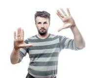 Fotoportret van een jonge Europese die mens op witte achtergrond met het knippen van pa wordt geïsoleerd Stock Afbeelding