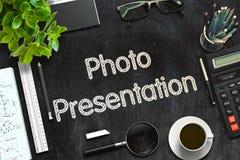 Fotopresentation på den svarta svart tavlan framförande 3d Royaltyfri Fotografi