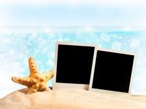 Fotorahmen auf dem Meersand Stockfotografie