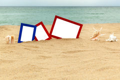 Fotorahmen auf Sand Stockbilder