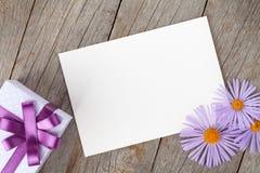 Fotorahmen mit Geschenkbox- und Gerberablumen Stockfotos
