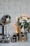 Fotorahmen mit Lichtern auf dem Tisch Stockfoto