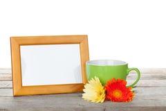 Fotorahmen mit Tasse Kaffee- und Gerberablumen Stockfotografie