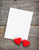 Fotorahmen und kleine rote Süßigkeitsherzen Stockbilder