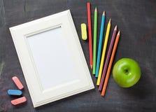 Fotorahmen und -Schulbedarf auf Tafelhintergrund Lizenzfreie Stockfotografie