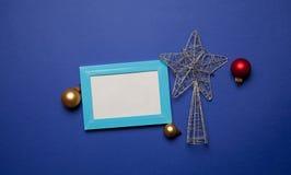 Fotorahmen und Weihnachtsspielzeug Stockfotos
