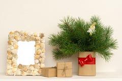 Fotorahmen, Weihnachtsgeschenke auf Holztisch stockfotos