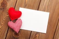 Fotoram- eller hälsningkort och handmaded valentindagleksak honom royaltyfria foton