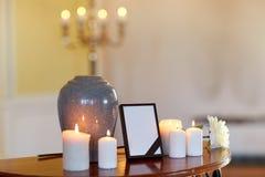 Fotoram, kremeringurna och stearinljus i kyrka arkivfoton