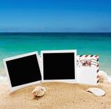 Fotoram och en bokstav från semester i sanden royaltyfri bild