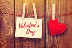 Fotoram och handmaded hjärta för valentindagleksak Royaltyfria Bilder