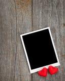 Fotoram och små röda godishjärtor Arkivbilder