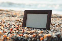 Fotoram på sandbakgrund i sommar, hav på solnedgångstället för att märka, kopieringsutrymme royaltyfria bilder