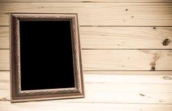 Fotoram på träbakgrund - tappningsignal arkivbilder